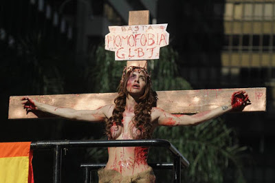 Transsexual crucificado Parada gay 2015